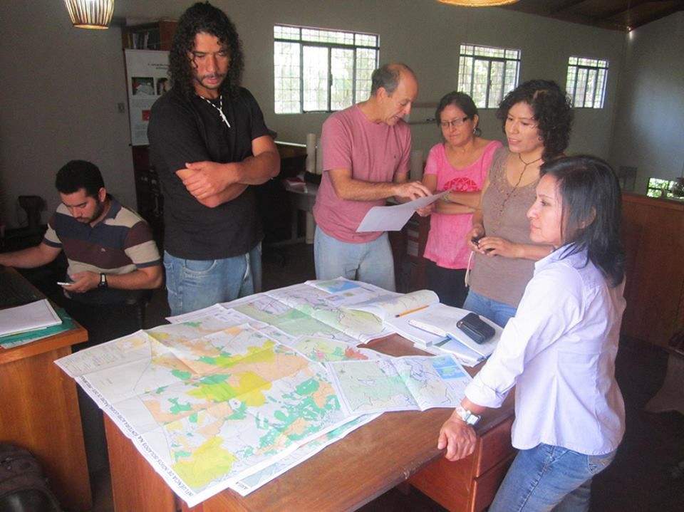 Equipe da Comissão Pró-Índio do Acre. De camiseta rosa, no meio, Maria Luiza P. Ochoa. Projeto: Monitoramento, vigilância e proteção dos territórios indígenas e índios isolados na região de fronteira Acre (Brasil) e Madre de Dios (Peru).