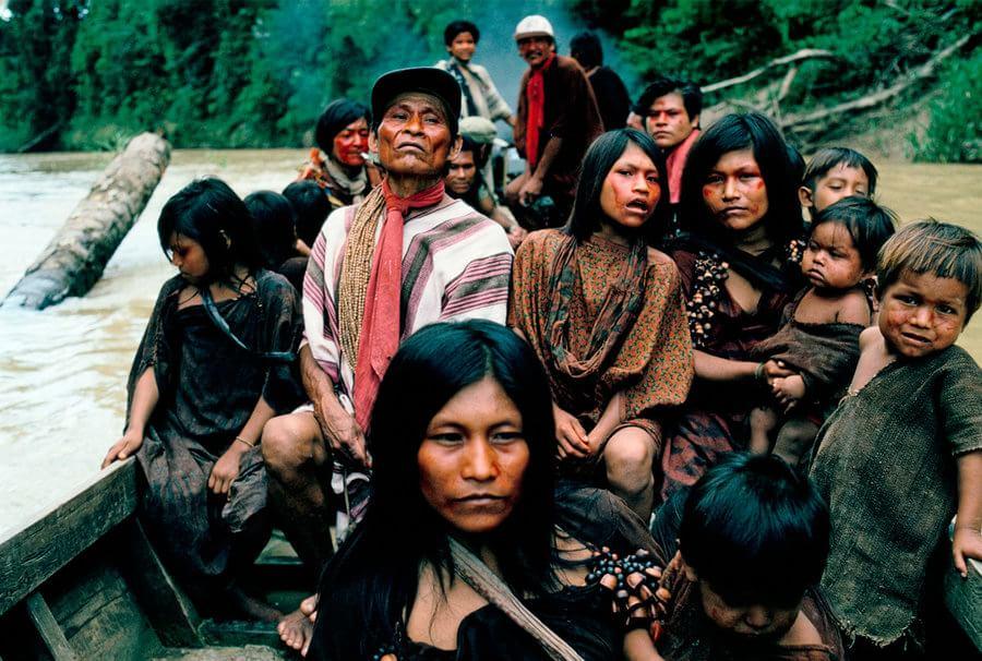Um grande grupo de Ashaninkas viaja rio acima de barco para visitar tribos vizinhas. Foto: Mike Goldwater