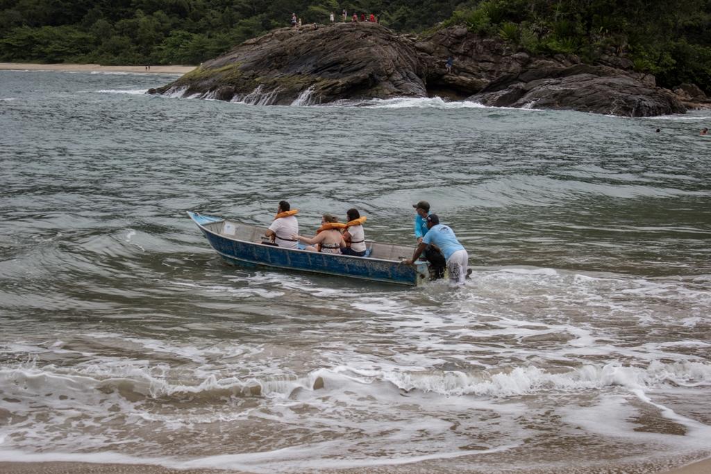 Barqueiros da ABAT levam um grupo de turistas para passeio. (Foto: Attilio Zolin/Fundo CASA)