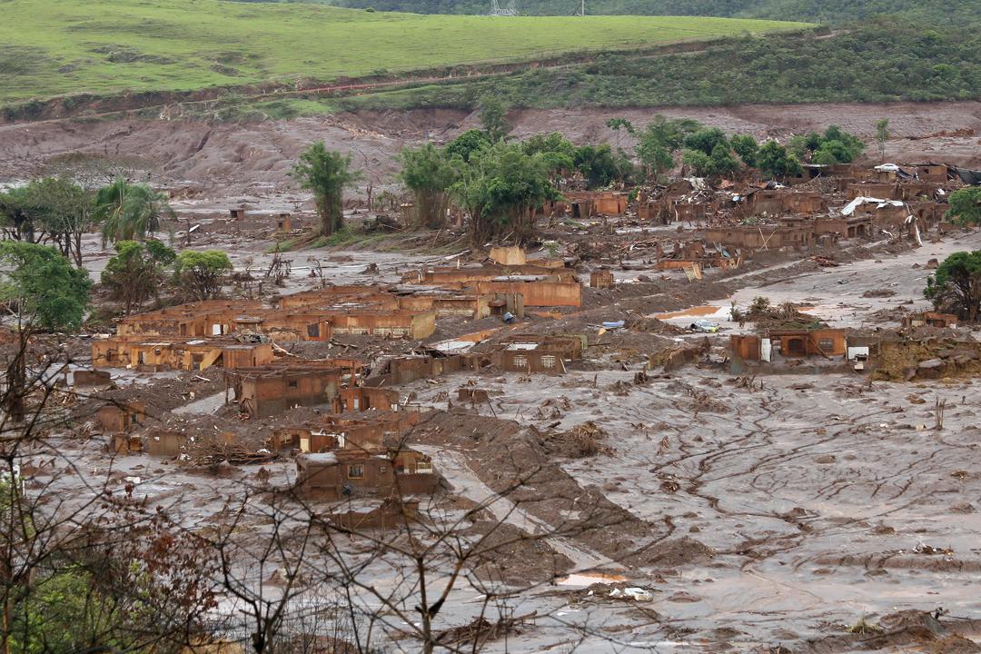 O rompimento da barragem de rejeitos da mineradora Samarco, causou uma enxurrada de lama que inundou várias casas no distrito de Bento Rodrigues, em Mariana, na Região Central de Minas Gerais. (Foto: Rogério Alves/TV Senado)