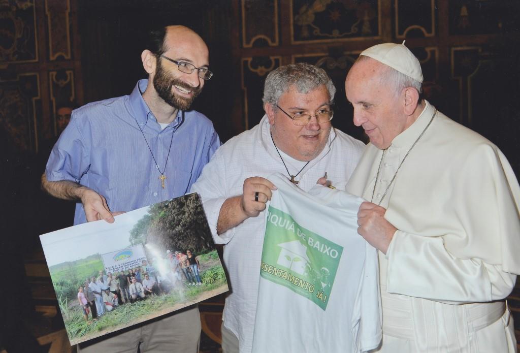 Papa Francisco recebe os delegados ao Capítulo Geral da Congregação dos Missionários Combonianos. Entre eles estava o padre Dario Bossi, de camisa azul na fotos.