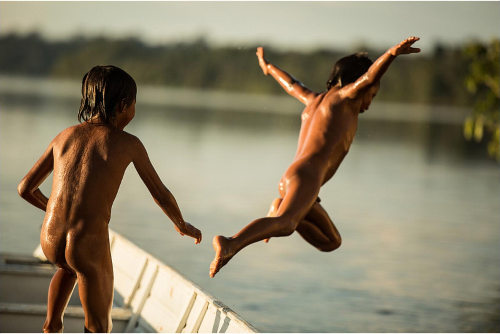 Irmãos da etnia indígenas Apiaká brincam no rio Juruena, próximo à região de São Simão. A cachoeira, considerada local sagrado para os Apiakás, consta como potencial hidrelétrico e pode ser desafetada para a construção de um empreendimento energético. Pesquisadores e antropólogos temem que a história de Sete Quedas, no Teles Pires, possa se repetir no Juruena (Foto: Thiago Foresti/Forest Comunicação).
