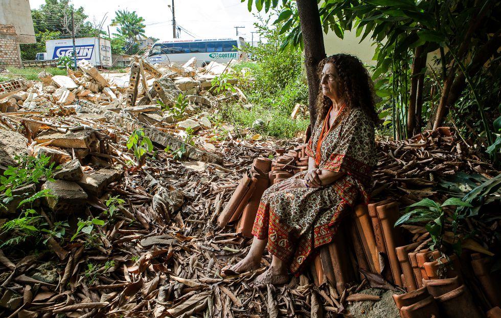 Antonia Melo, sentada entre as ruínas. (Foto: Lilo Clareto).